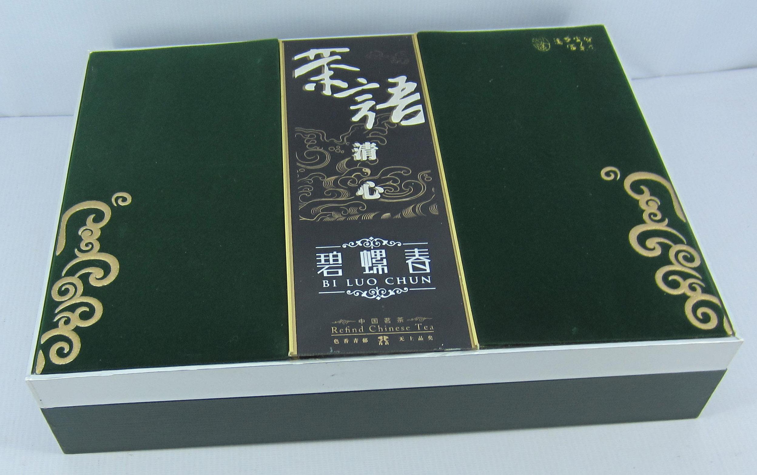 描述: 公司介绍: 北京巨鑫聚禾工艺美术设计中心成立于2008年,是专业提供收藏品类、礼品类、酒类、茶类、月饼类、电子产品类等工艺包装及卡书,邮票册,精装书,精装盒等多元化新型综合包装企业。公司占地面积5000多平方米,建筑面积达3000多平方米,现有固定资产500多万元,单日平均成品产量达1000多件套。目前拥有员工100多人,其中高素质管理人才和技术骨干达10多人。公司拥有先进的生产设备和雄厚的技术力量,积极推行ISO9000质量管理体系,运用科学的工艺流程,积极开发新材料、新工艺、新品种。尤其是目前