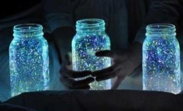 就是玻璃瓶子,然后在里面作画,用那种发光的涂料,晚上就很漂亮了